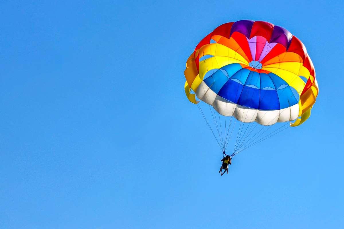 Como funciona un paracaidas