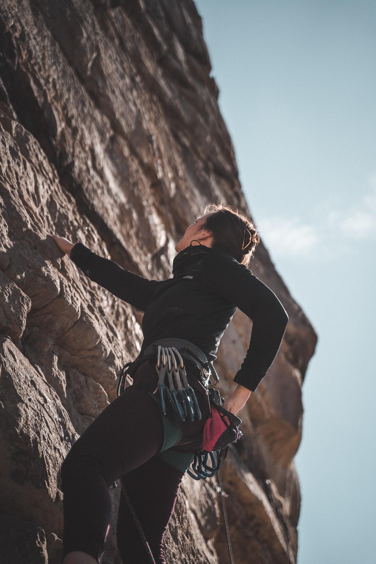 chica empleando técnicas de escalada