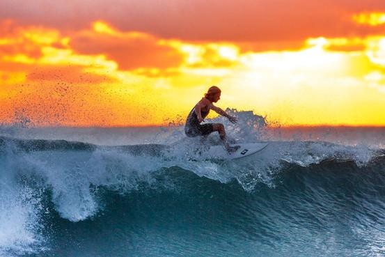 chico surfeando
