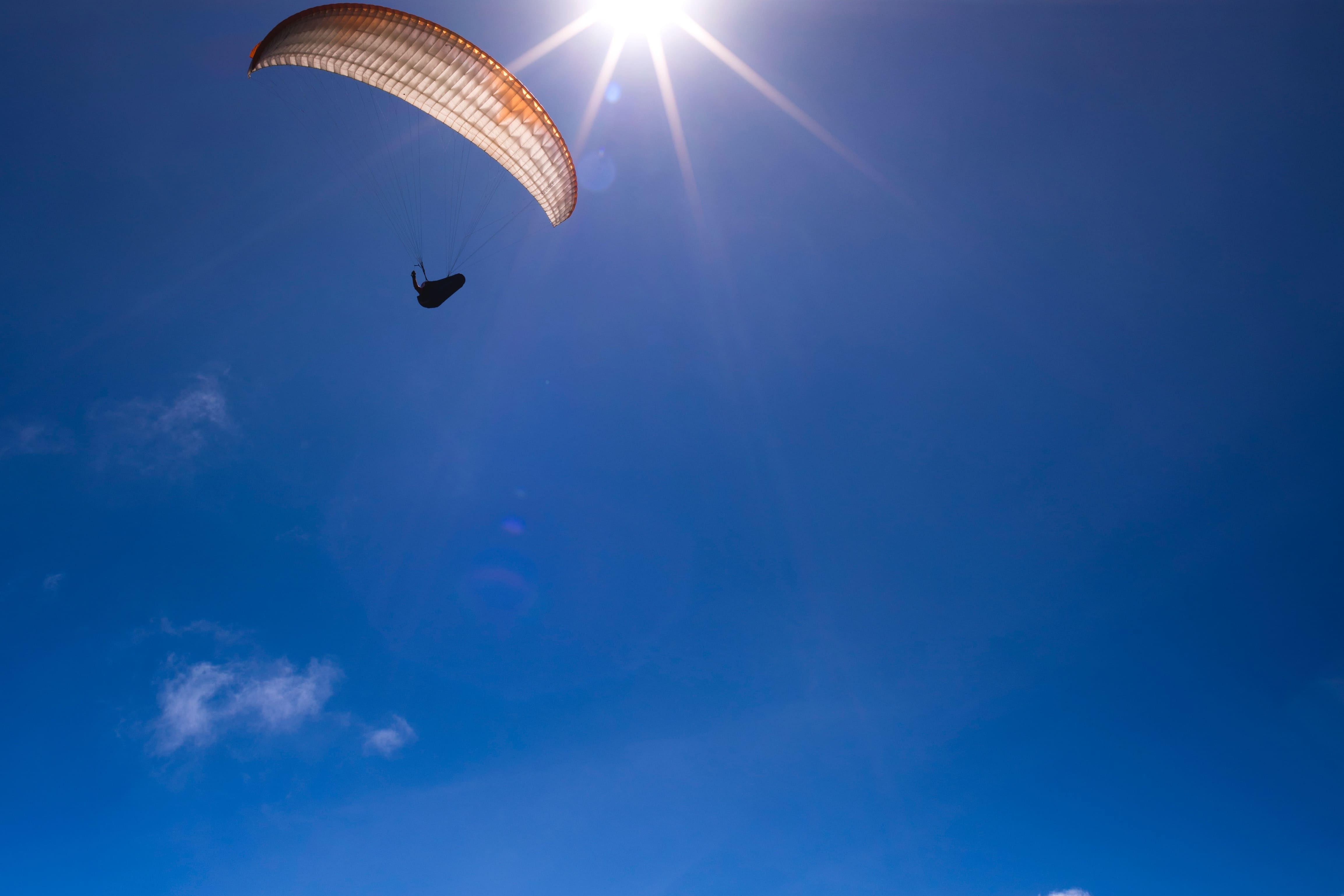 joven en paracaídas