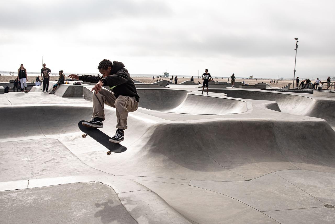 chico patinando sobre skate
